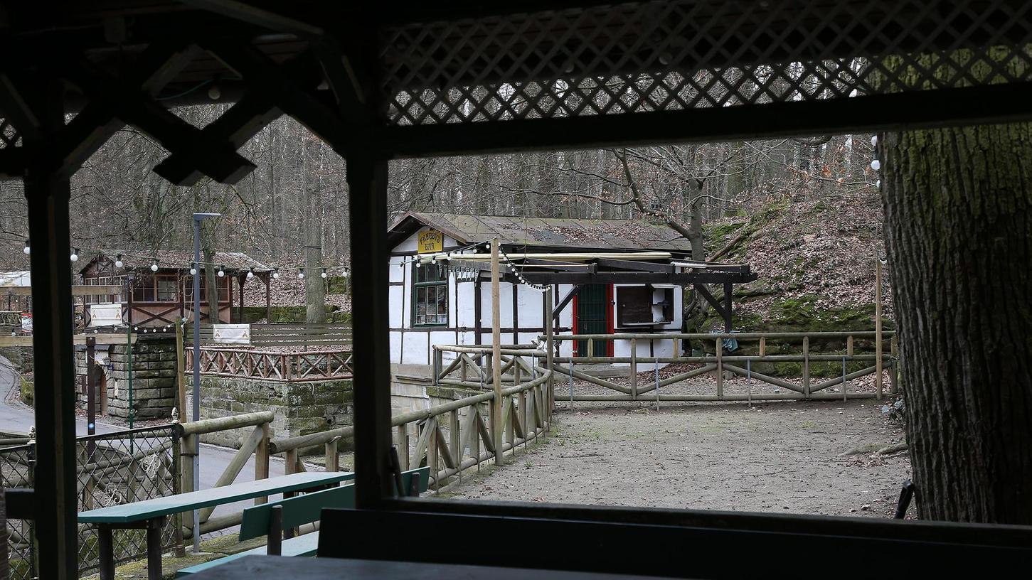 Auf der Empore, gleich neben dem Schankhäuschen des Hofmanns-Kellers, soll die Grillhütte entstehen.