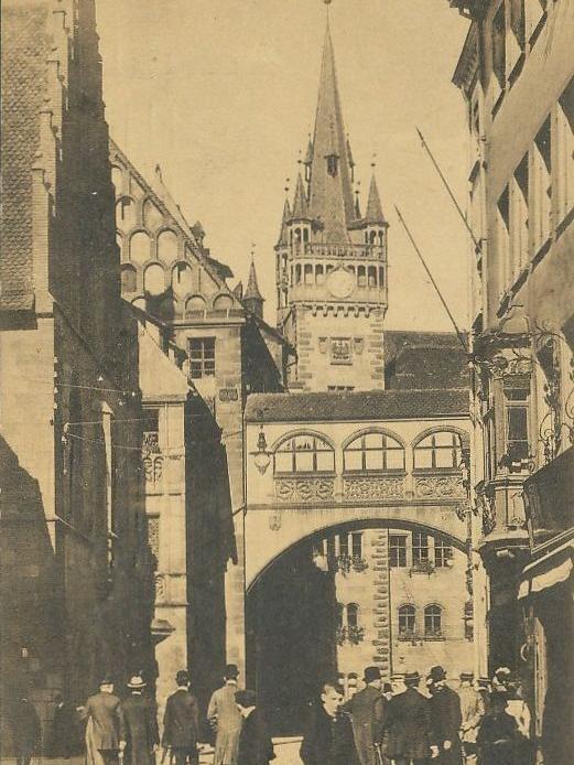 Wer vor rund 70 Jahren unter dem Durchgang vom Wolff'schen zum Pylipp'schen Bau hindurchblickte, der sah ein größes, fast schon wuchtig wirkendes Gebäude – den Essenwein-Bau, der erst im Jahr 1890 fertiggestellt worden war.  Die Industrialisierung hatte die Menschen damals in Scharen in die Städte gelockt. Die Einwohnerzahl schoss rasant in die Höhe. Lebten etwa im Jahr 1812 gerade einmal 26.000 Menschen in Nürnberg, wurde im Laufe des Jahres 1881 bereits die Marke von 100.000 Einwohnern erreicht. Knapp 20 Jahre später waren es sogar schon über 250.000 Menschen. Die Stadtverwaltung musste damals dringend aufrüsten. Es war nur eine logische Folge, dass zu der Zeit auch Rathaus-Neubauten in Auftrag gegeben wurden.  Dieses Foto wurde im Dezember 1961 in der Zeitung veröffentlicht. Es zeigt das Richtfest für den ehemaligen Essenwein-Bau am Fünferplatz 2.