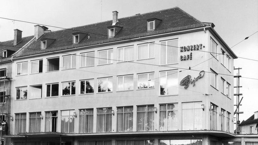 Hier haben ab 1954 die feinen Nürnberger diniert und dabei gediegene Unterhaltungsmusik genossen. Das Konzert-Café Bijou ist längst Vergangenheit, heute ...