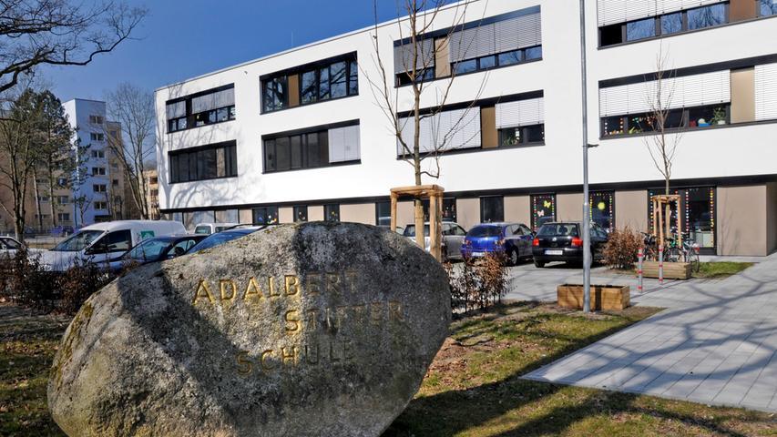 Die Adalbert-Stifter-Schule ist eine Grund- und Mittelschule im Stadtteil Langwasser. Die Mittelschule hat etwa 400 Schüler, die Grundschule besuchen etwa 190 Kinder. Respekt und Achtung sind Grundlage des Zusammenlebens an der Schule.  Zur Homepage der Adalbert-Stifter-Schule.