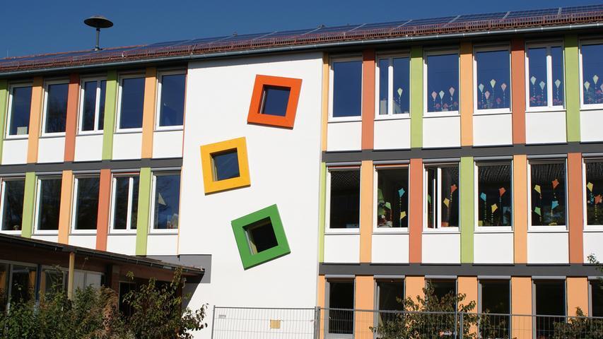 Die Grundschule Altenfurt an der Hermann-Kolb-Straße hat etwa 250 Schüler in zwölf Klassen. Auf Musik wird großen Wert gelegt - so gibt es einen eigenen Schulchor und Konzerte.   Zur Homepage der Grundschule Altenfurt.