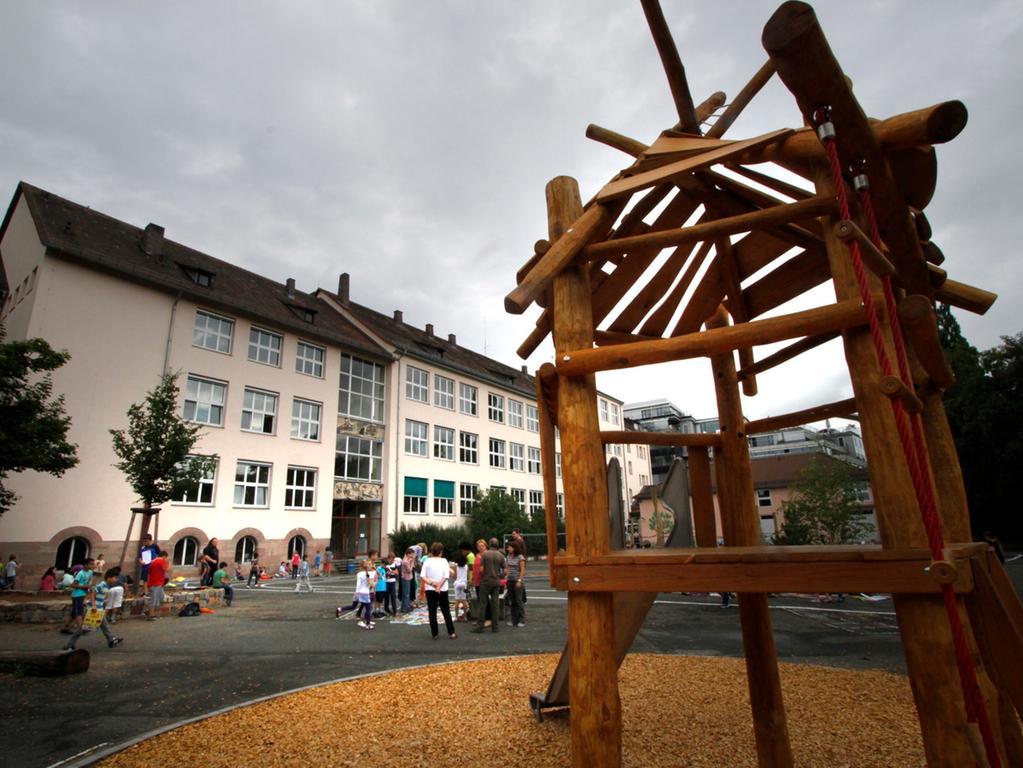 ANZEIGER FOTO: Eduard Weigert DATUM: 29.7.13.. MOTIV: Umbau Schulhof der Bartholomäusschule / Bartholomäus-Grundschule ist fertig - Spielhaof und Pausenhof in Wöhrd; Spielgeräte.