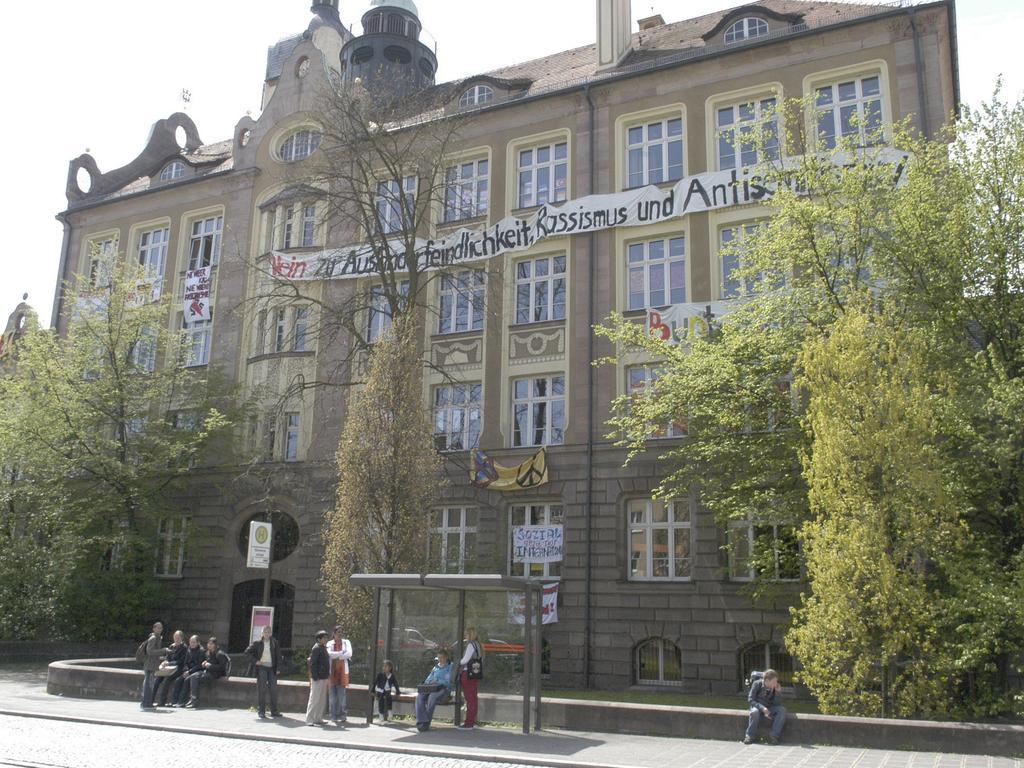 Transparente gegen Rechts an der Bismarckschule. Foto: Hagen Gerullis 20080430