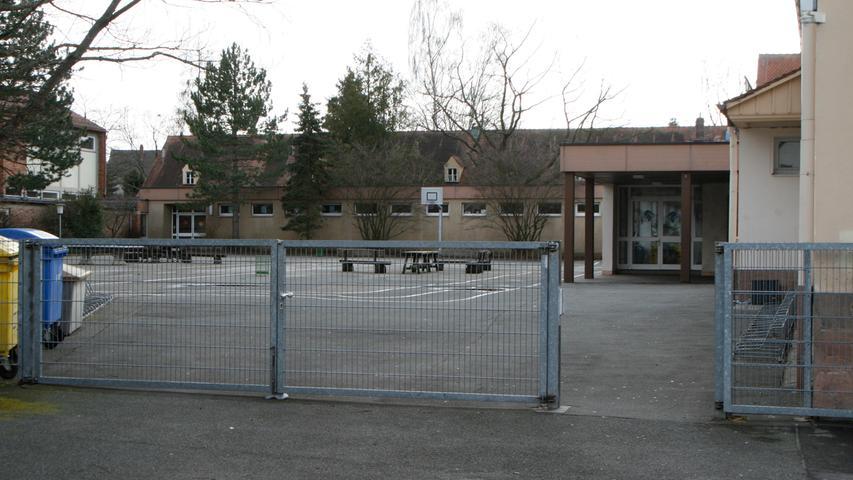 Die Buchenbühler Grundschule trägt ihren Stadtort schon im Namen. Sie ist 1921 als Siedlerschule gegründet worden. Heute hat sie eine ökologische Prägung, Müllvermeidung, Naturschutz und gesundes Pausenfrühstück sind dort wichtog.   Zur Homepage der Buchenbühler Grundschule.