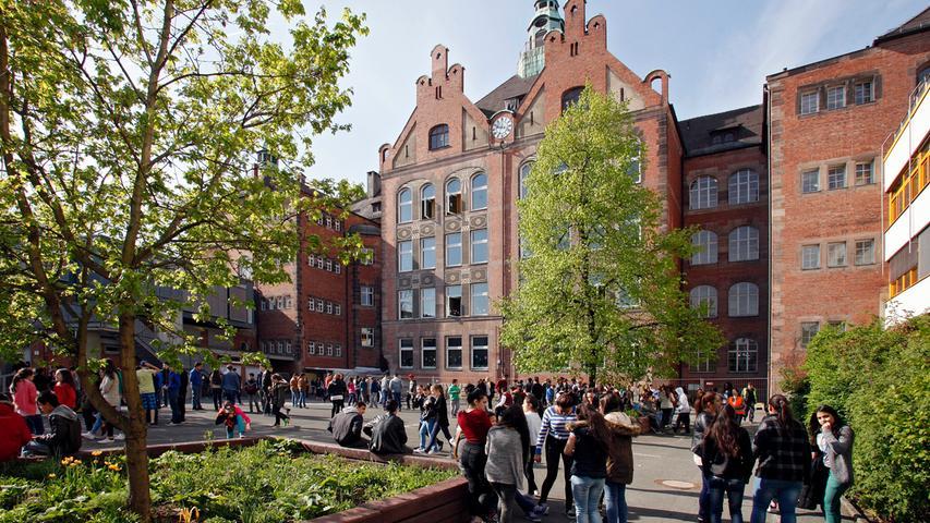 Die Dr. Theo-Schöller-Schule liegt im Stadtteil St. Johannis. Die Grund- und Mittelschule hat eine Ganztagsbetreuung und einen gebundenen Ganztagszug.  Zur Homepage der Theo-Schöller-Schule.