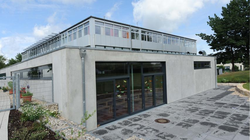 Die Erich-Kästner-Schule ist im Stadtteil Reichelsdorf ansässig. Die Grundschule hat 14 Klassen an zwei Standorten, in einer jahrgangskombinierten Klasse lernen Erst- und Zweitklässler miteinander. Das