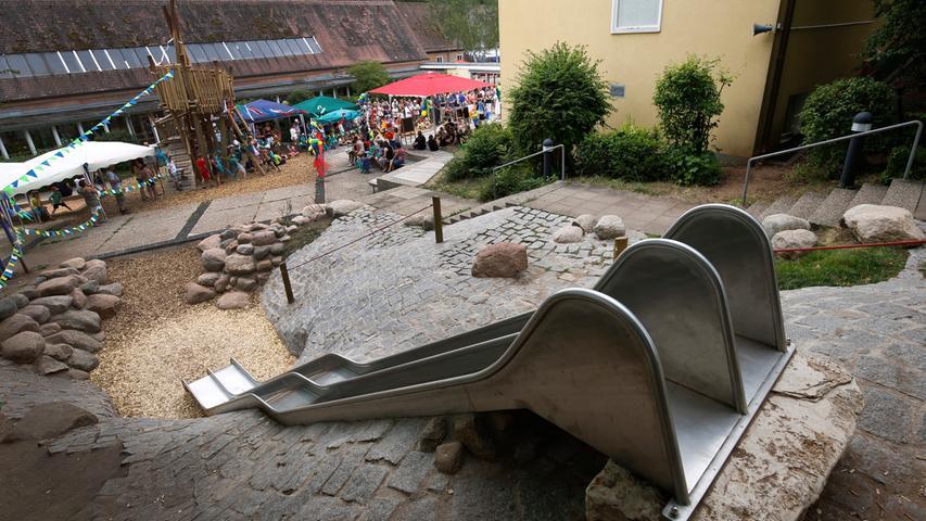 Die Grundschule Gebersdorf trägt ihren Standort schon im Namen. Sie liegt idyllisch im Grünen im Südwesten der Stadt und besteht schon seit 1937. Besonderes Schmuckstück der Schule ist der Spielhof.  Zur Homepage der Grundschule Gebersdorf.