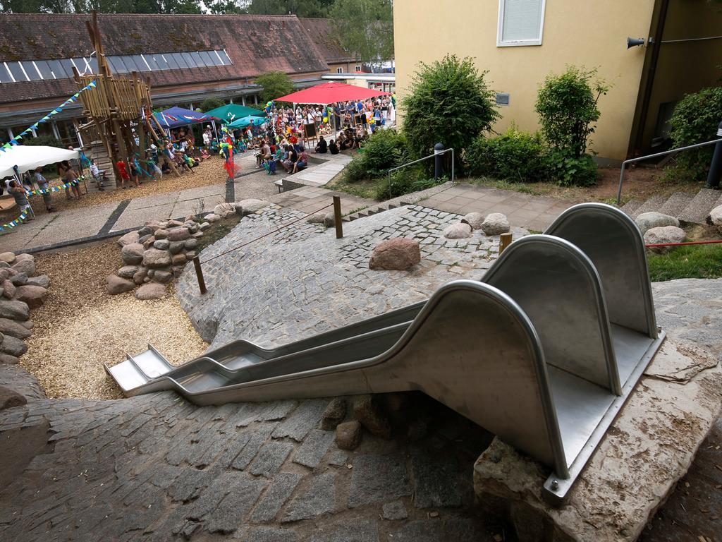 Nuernberg , 18.07.2015..Grundschule Gebersdorf , Einweihung Spielhof..Ressort: Anzeiger Fotografie: Stefan Hippel