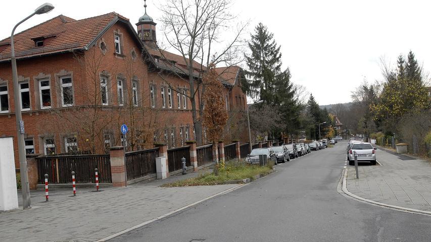 Die Gebrüder-Grimm-Schule ist eine Grundschule und liegt im Nürnberger Osten in Erlenstegen. Ein Froschbrunnen im Schulhof erinnert an die Namensgeber der kleinen Schule.  Zur Homepage der Gebrüder-Grimm-Schule.