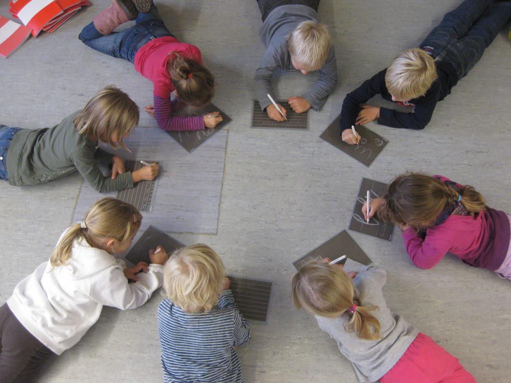 FOTO: Schule / schulegrossgruendlach@t-online.de; 2013 gesp...MOTIV: Kinder schreiben auf Schiefertafel / Tafel - Erstklässler; Grundschule / Schule Nürnberg - Großgründlach; die Kinder schreiben auf Tafeln, um Papier zu sparen. KOntext: Umweltschule; Umweltschutz.