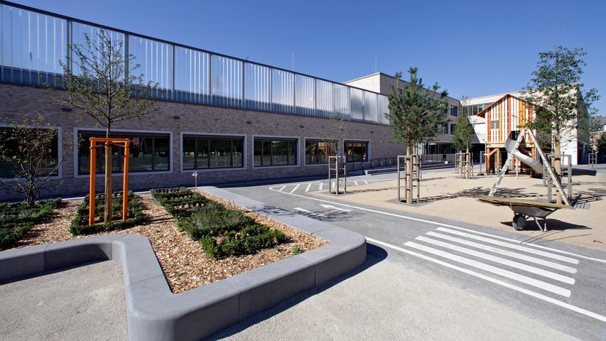 Die Michael-Ende-Schule in St. Leonhard ist eine Grundschule, in der in altersgemischten Gruppen im offenen Klassenverband gelernt wird. Sie macht spezielle Angebote für hochbegabte Kinder und unterrichtet auch in Deutschförderklassen. Zur Homepage der Michael-Ende-Schule.