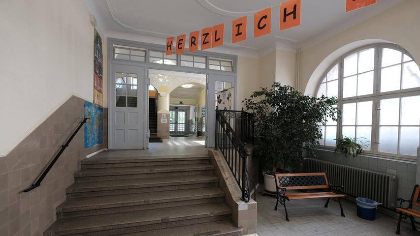 Die Grundschule Paniersplatz trägt den Namen des Altstadt-Platzes, an dem sie vor über 100 Jahren erbaut wurde. Unterrichtet wird in zwölf Klassen, darunter zwei jahrgangskombinierte Eingangsklassen und vier multinationale Übergangsklassen der Jahrgangsstufen 1-4.