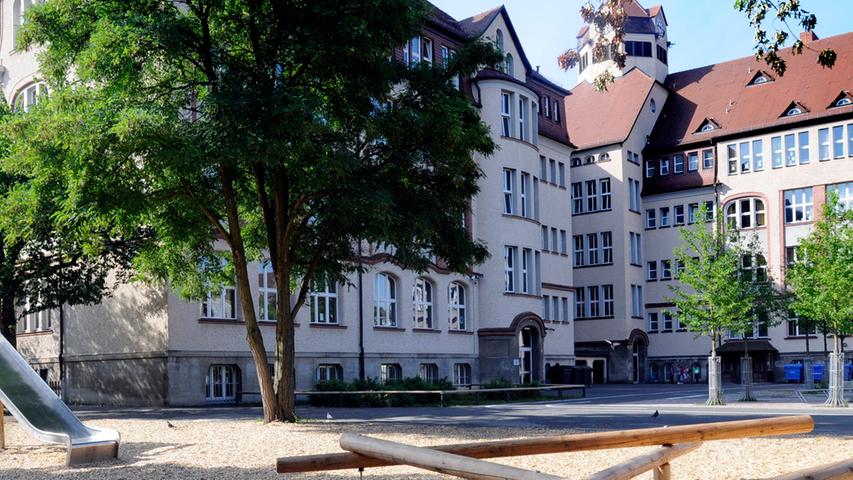 Die Scharrerschule ist eine Grund- und Mittelschule, die im Stadtteil Gleißhammer/St. Peter liegt. Die Grundschule bietet Ganztagesklassen an und kooperiert eng mit Einrichtungen im Stadtteil und den Kindergärten.  Zur Schul-Homepage.