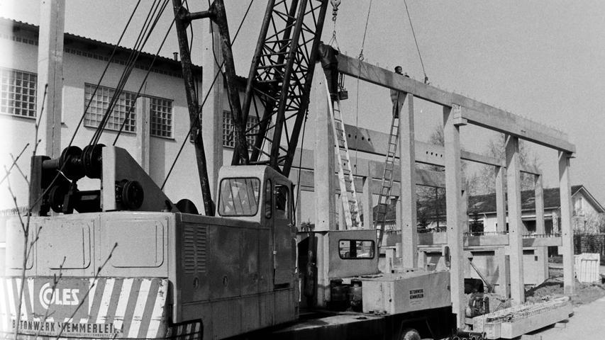 Mit hohem finanziellen Aufwand hat der Milchhof Pegnitz vor 40 Jahren seine Käserei erweitert. Mit einem großen Kran wurden im Frühjahr 1977 die Beton-Fertigteile eingehoben. Bereits im Juli sollte mit der Käseproduktion begonnen werden. Von der Investition versprach sich die Genossenschaft eine weitere Verbesserung der Erlöse. Inzwischen ist der Milchhof Pegnitz längst Geschichte, die Gebäude sind vor Jahren schon abgebrochen worden.