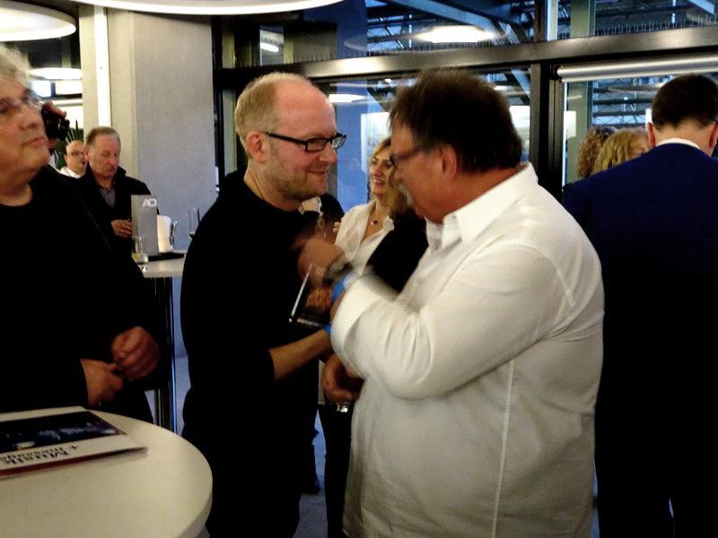 Chorleiter Dieter Weidemann (r.) im Gespräch mit dem Komponisten des gigantischen Werks, Dieter Falk, der sich für das Choralle-Arrangement von