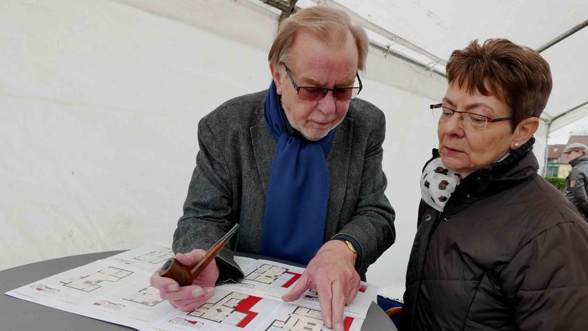 Günter Ammon informierte über den großzügigen Zuschnitt der seniorengerechten Eigentumswohnungen...