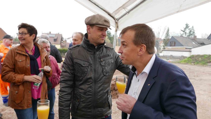 Bürgermeister Dr. Christian von Dobschütz sieht bei Bernhard Wolf (v. l.) und seinem Unternehmen das 11,5- Millionen-Projekt in besten Händen.