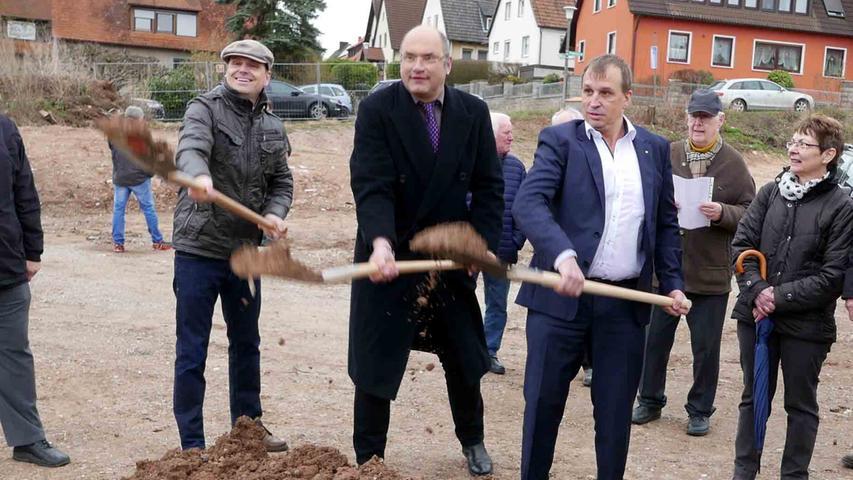 Bürgermeister Dr. Christian von Dobschütz, Diakon Frank Larsen und Bauträger Bernhard Wolf (v. l.) starteten nach langer Planung schwungvoll die Realisierungsphase.
