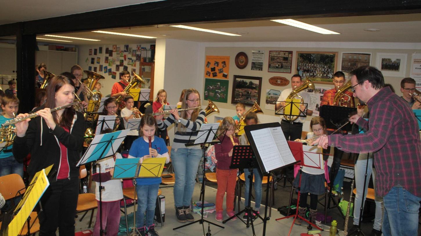 Stadtkapellmeister Clemens Losch bei der gemeinsamen Probe von Vororchester und Jugendkapelle für das Frühjahrskonzert am Samstag.
