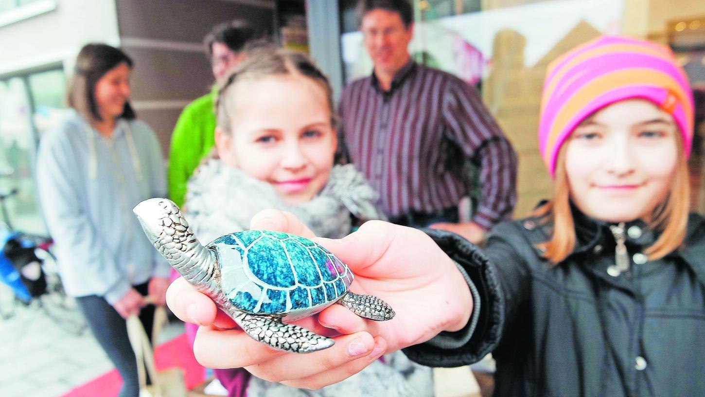 Die kleine Figur symbolisiert es: Zirndorfs Realschüler setzen sich für den Schutz von Meeresschildkröten ein. Wer helfen will, soll mit Stofftaschen einkaufen.