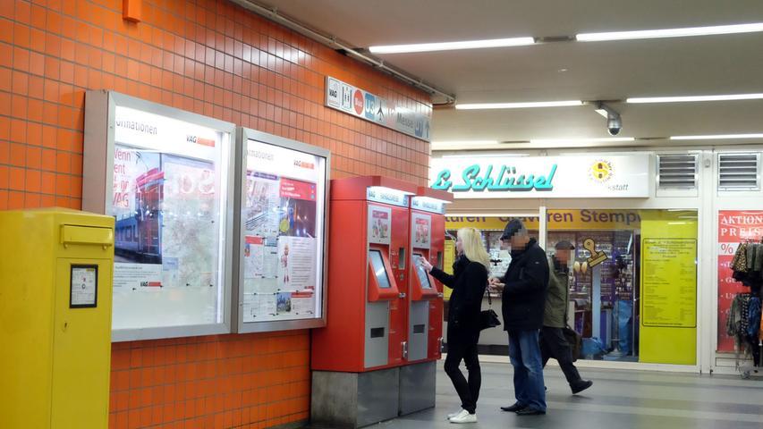 Auch die Fahrkartenautomaten werden im unteren Bahnhofsgeschoss genutzt.