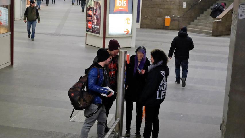 Am Wochenende finden sich häufig Jugendliche am Bahnhof ein, ...