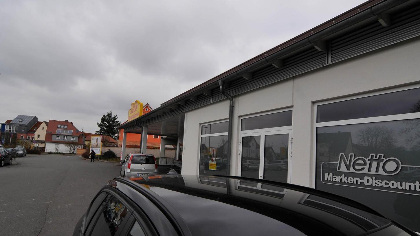 Der Discounter an der Schlachthofstraße soll angebaut werden. Außerdem wird der Supermarkt künftig auch die Räumlichkeiten des ehemaligen Brezen Meyer (im Vordergrund) nutzen.