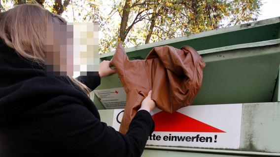 Frau steckt tot in Kleidercontainer: Schrecklicher Fund in Franken