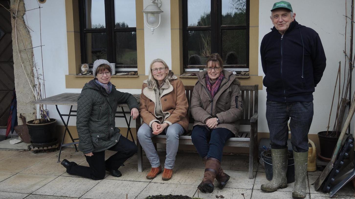 Drei der Bewohner der Samain-Lebensgemeinschaft: Von links Anna Landgraf, Antje Gottron, Freundin und Bewohnerin des Samainhofes in der Oberpfalz, Gudrun Kaiser, und Dirk Schulze.