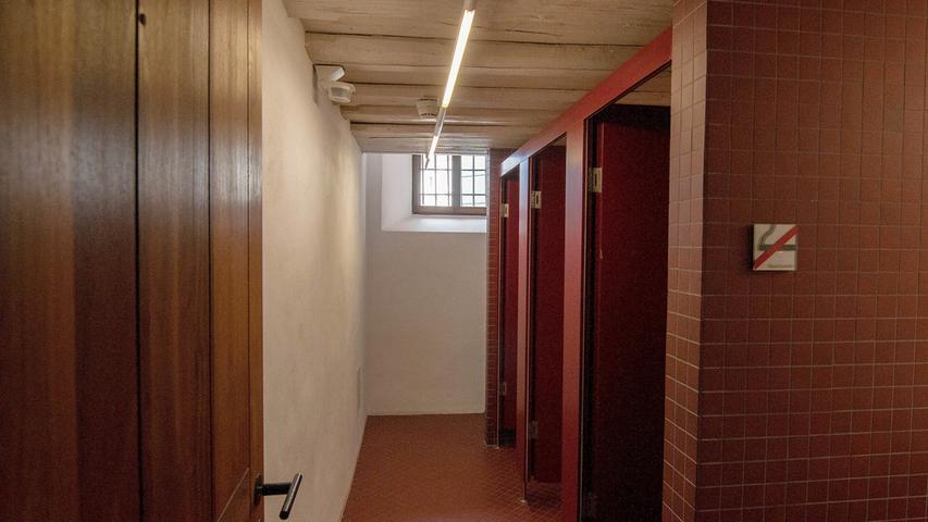 Bis in die 1980er Jahre hinein gab es in der Kaiserpfalz auch zwei Arrestzellen der Polizei. Wo früher eingesessen wurde, befinden sich heute die Toiletten — die Gitterstäbe an den Fenstern erinnern noch an die einstige Nutzung. Susanne Fischer erinnert sich, dass Anfang der 90er Jahre eines Nachmittags eine brennende Kerze im Innenhof vor der Tür stand und ein Mann herumlungerte. Es stellte sich heraus: Es war ein ehemaliger Häftling, der wohl seiner Zeit hier gedenken wollte.