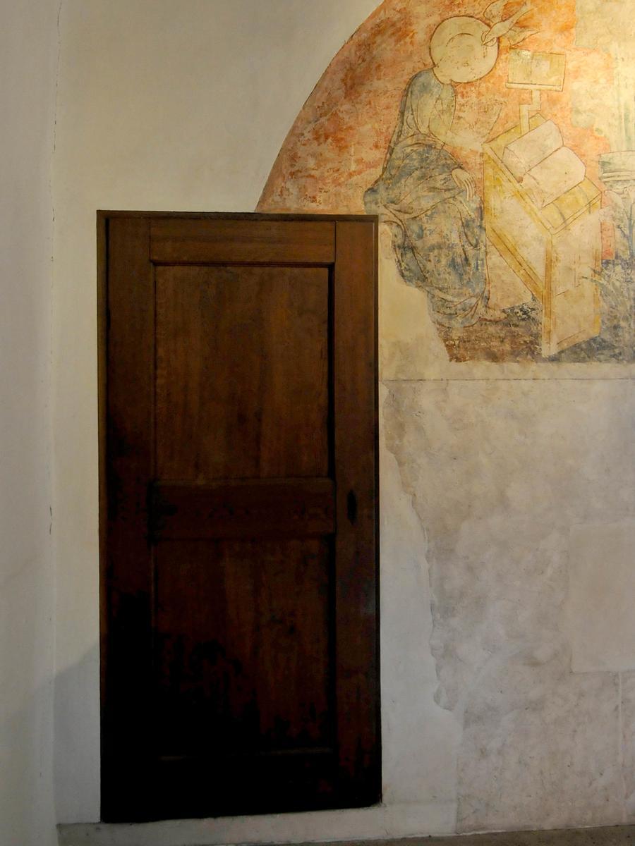 Manche Geschäfte gehen eben vor, besonders wenn es um die Toilette der Fürstbischöfe geht: Nachträglich hat man sie eingebaut und dabei wenig Rücksicht auf die Wandmalereien genommen.