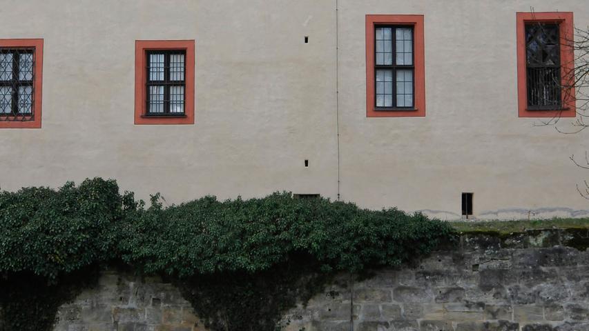 Das sind die Latrinenschächte der Toiletten, die durch die Außenmauer führen und in einem Becken im Graben enden.
