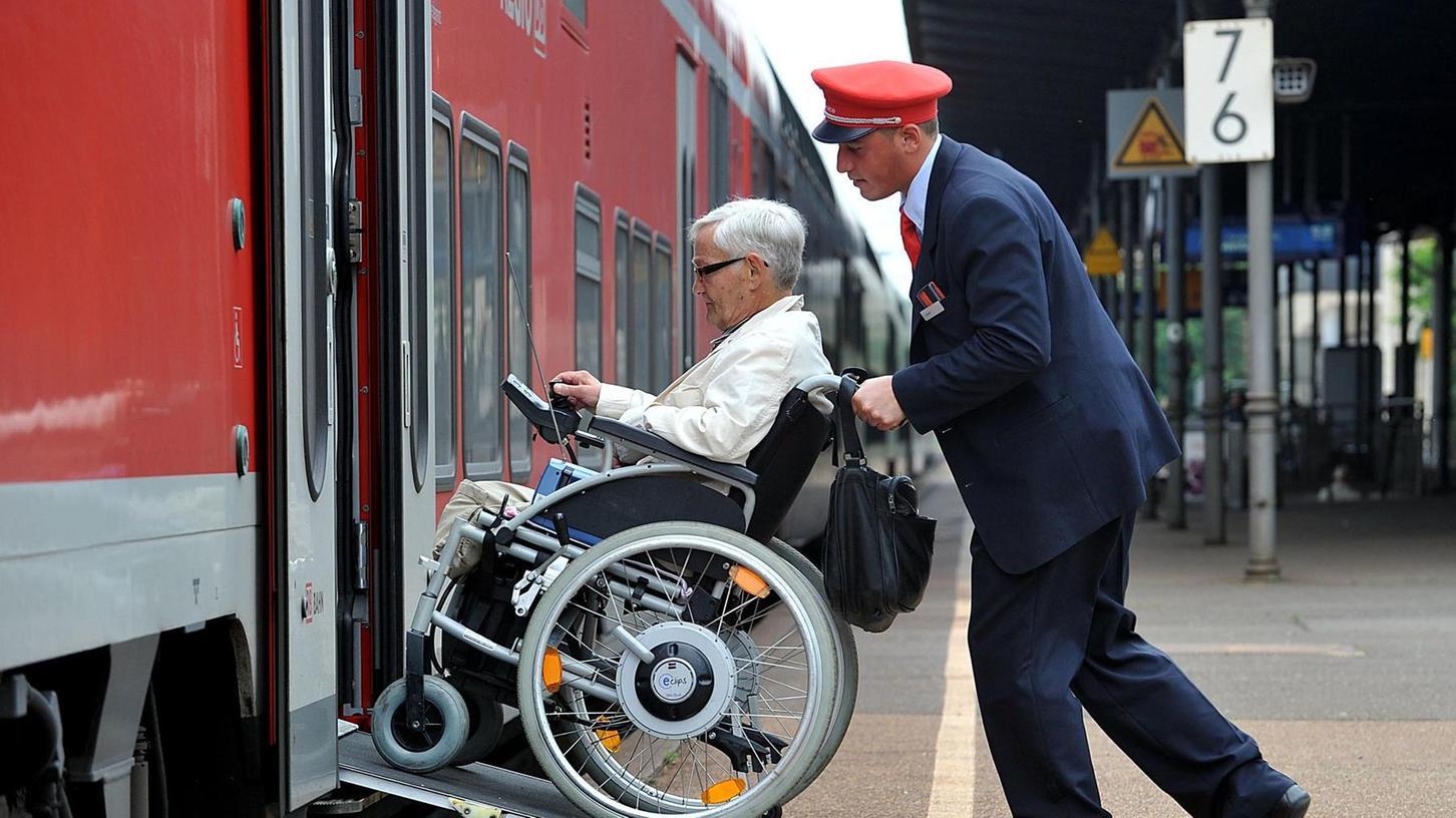 Ein Service-Mitarbeiter der Bahn hilft einer Gehbehinderten in den Zug. Das gezeigte Symbol-Bild hat mit dem aktuellen Fall nichts zu tun.