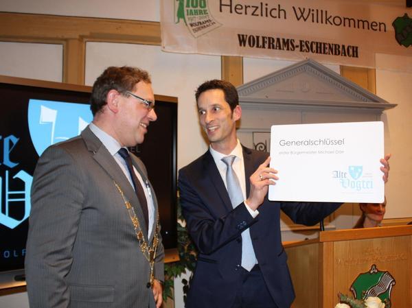 Schlüsselübergabe: Architekt Stefan Ziegler übergab Bürgermeister Michael Dörr eine überdimensionale Schlüsselkarte.