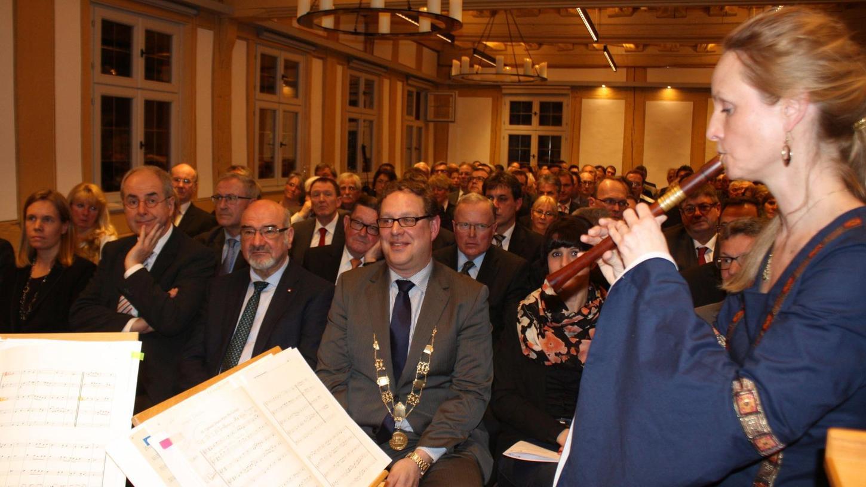 """Die """"Alte Pfeyferey"""" sorgte für den guten Ton, im Hintergrund Bürgermeister Michael Dörr und die Festgäste im Rittersaal."""