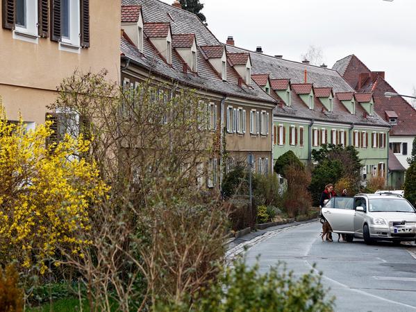 Geschwungene Straßenführung, unterschiedliche Häuserensembles: Die Siedlung rund um den Heimgartenweg hat ihren Reiz, steht aber nicht unter Denkmalschutz. Die Häuser auf diesem Bild werden nicht abgerissen.