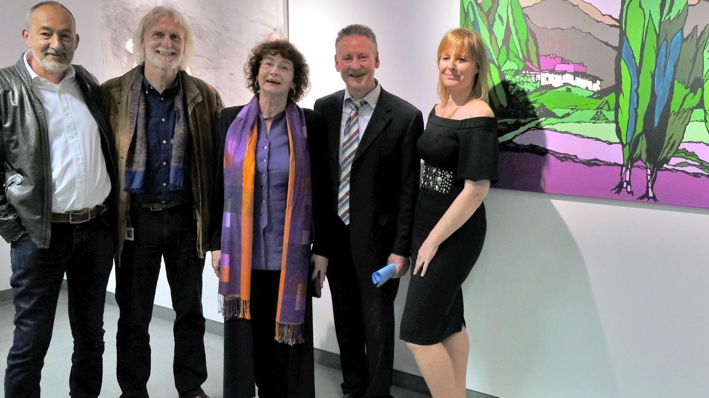 Der Künstler Josef Hirthammer (von links), Galerist John Hammond , Künstlerin Ilse Feiner, OB Thomas Jung und Künstlerin Ria Wellhöfer bei der Vernissage.