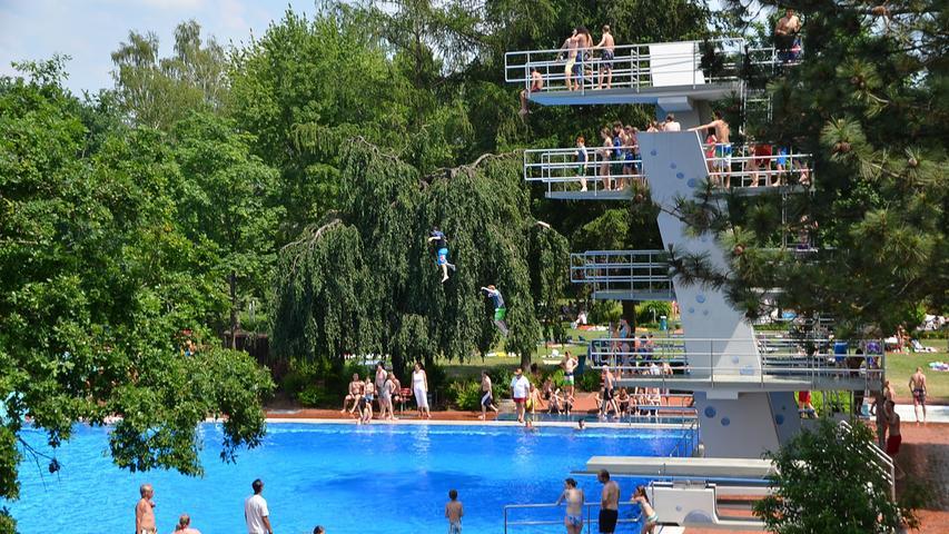 Das Freibad in Allersberg bietet viel Grün und einen Mix aus Sonnen- und Schattenplätzen.Es gelten wegen der Corona-Pandemie besondere Verhaltensregeln.Hier gelangen Sie zu weiteren Infos wie Öffnungszeiten und Preisen.