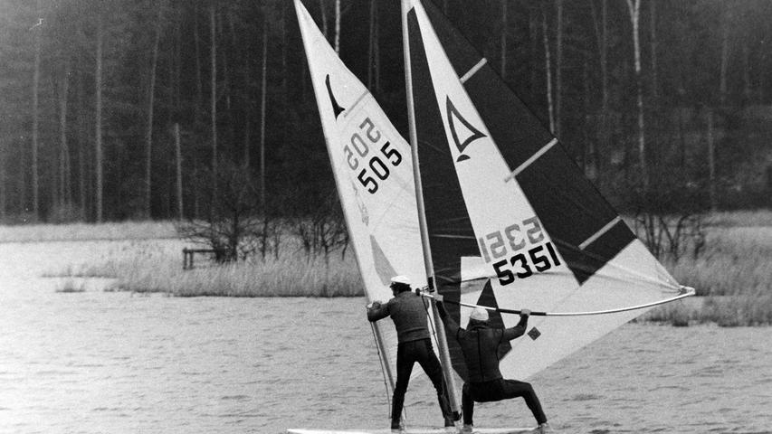 Für Aufsehen sorgten vor 40 Jahren zwei Windsurfer aus Pegnitz und Bayreuth, die auf dem Craimoosweiher nahe Schnabelwaid ihrem Hobby frönten. Von Anliegern informiert, erschien bald die Polizei und wies die beiden Wassersportler darauf hin, dass es sich beim Craimoosweiher unm ein Naturschutzgebiet handle und Surfen folglich hier verboten sei.