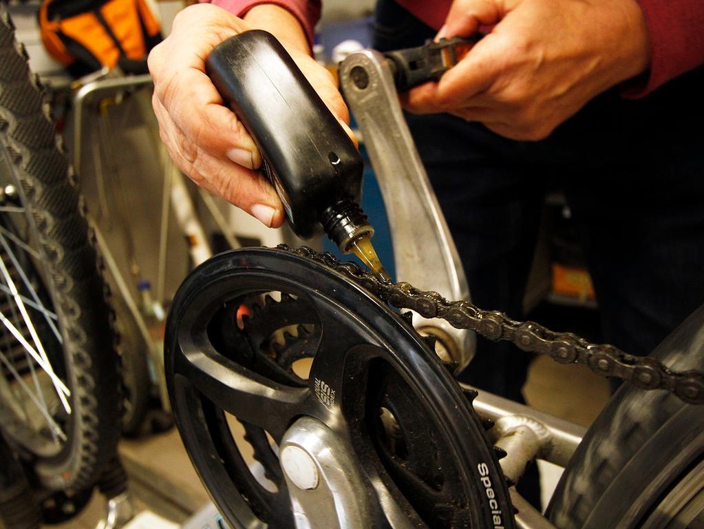 LOKALES Foto: Eduard Weigert Datum: 29.3.17..MOTIV: Fahrrad; Reparatur; Wie mache ich mein Rad sommerfit?..Johannes Panse vom ADFC