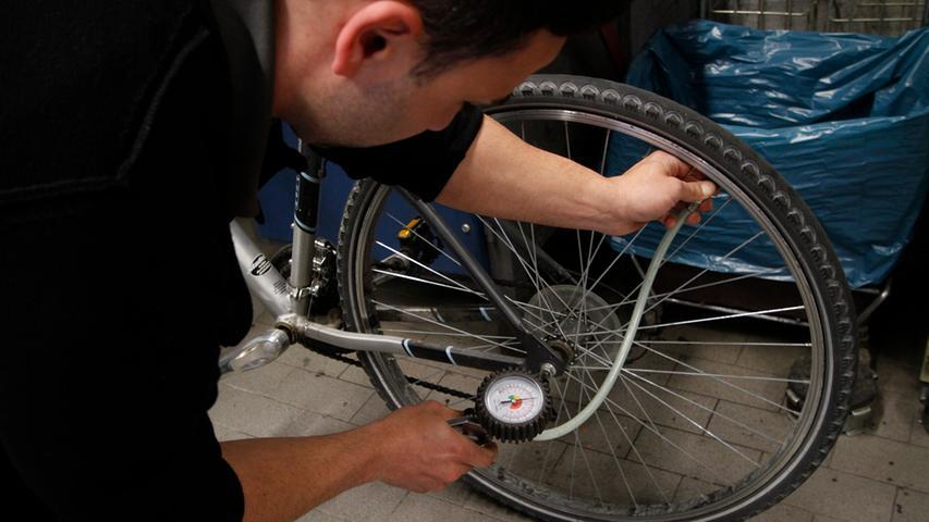 6. Dann werden die Reifen kontrolliert und aufgepumpt. Der empfohlene Druck steht außen auf dem Mantel – viele Standpumpen haben eine Druckanzeige. Experte Panse empfiehlt dabei mit Blick auf die Federung, den oberen Wert nicht voll auszuschöpfen.