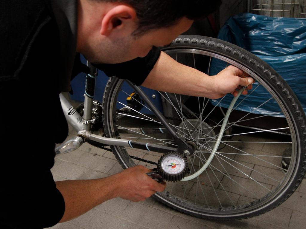 LOKALES Foto: Eduard Weigert Datum: 29.3.17..Fahrrad; Reparatur; Wie mache ich mein Rad sommerfit?..Johannes Panse vom ADFC