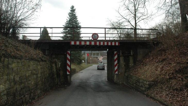 Die alte Bahnbrücke an der Ortsdurchfahrt in Rollhofen muss erneuert werden. In diesem Zuge wird der Landkreis auch gleich die Kreisstraße LAU 9 von der Wolfshöhe nach Rollhofen ausbauen.