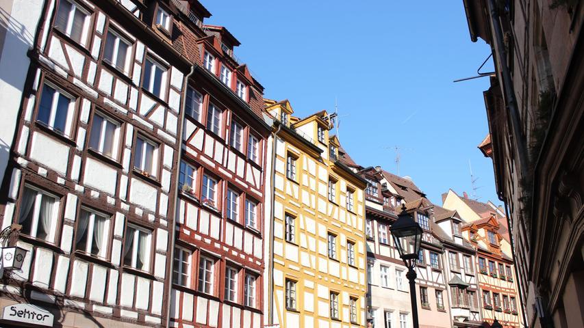 F wie fotogen: Die Weißgerbergasse in der Nähe des Hauptmarktes ist ein Muss für alle Nürnberg-Besucher. Die Fassaden der alten, gut erhaltenen Handwerkerhäuser sind ein beliebtes Fotomotiv - nicht nur bei Touristen.