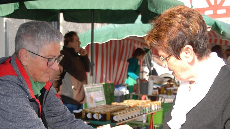Er ist wieder da: Heimischer Spargel wurde gestern erstmals in diesem Jahr auf dem Fürther Bauernmarkt angeboten.