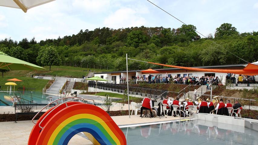 Das Freibad Aschbach bietet neben einem 25 Meter langen Schwimmbecken mit Startblöcken und dem Kinderplanschbecken auch ein Erlebnisbecken mit Wasserpilz, Wasserkanonen und einer Rutsche. Auf der Liegewiese gibt es sowohl Sonne als auch Schatten, so dass sich jeder rundum wohl fühlt. Aktuelle Informationen finden sich auf der Homepage der Gemeinde.