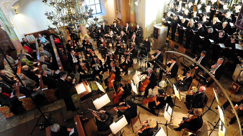 Unter der Leitung von Jörg Fuhr boten Kantorei St. Bartholomäus, die Vogtlandphilharmonie Greiz-Reichenbach sowie die Solisten Saskia Kreuser (Sopran) und Tobias Freund (Bass) ein veritables Konzertergebnis.