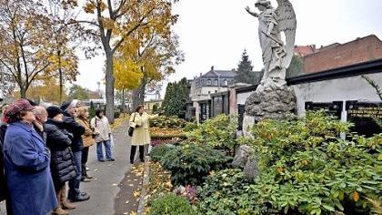 Der Engel breitet seine Flügel aus: Das Grabmal an der Südseite des städtischen Friedhofs gehört zu den bekanntesten in Fürth. Natürlich macht es Gertraud Eggemann zur Anlaufstelle der neuen Stadtführung.