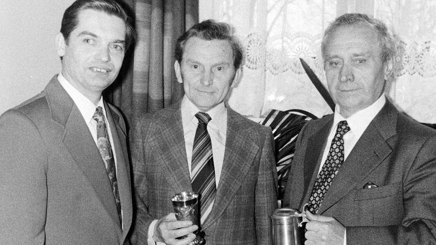 Ehrungen gab es vor 40 Jahren bei der Pegnitzer CSU: Wunibald Glückstein (r.), der Ehrenvorsitzende des Pegnitzer Ortsverbandes und Vorsitzender der Stadtratsfraktion, wurde für seine Verdienste um seine Partei mit einem Zinnkrug ausgezeichnet. Überreicht wurde das Geschenk vom neuen Vorsitzenden Karl-Heinz Vogt (l.). Ebenfalls geehrt wurde der langjährige Kassier Willi Vetterl (M.). Beide hatten bei den Neuwahlen nicht mehr kandidiert.