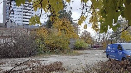 Noch in diesem Monat sollen die Bagger auf dem Grundstück neben der Dresdner Bank am Fürther Bahnhofplatz anrücken. Die Bodenuntersuchungen sind bereits abgeschlossen. Im Hintergrund das Bahnhofcenter.